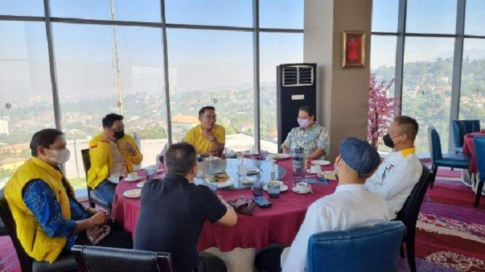Ketua Umum DPP Partai Golkar sekaligus Menko Perekonomian Airlangga Hartarto bersama Gubernur Jawa Barat Ridwan Kamil