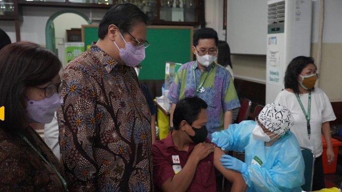 Kunjungan ke Sentra Vaksinasi Serviam, Menko Airlangga Ingatkan Masyarakat Tetap Patuhi Prokes