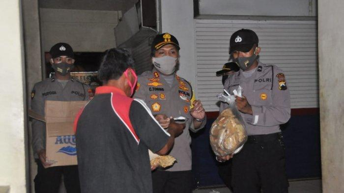 AKBP Christian Tobing Pimpin Anggotanya Berbagi Nasi Bungkus untuk Sahur Warga di Jalan