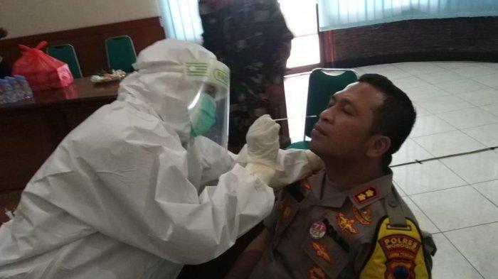 AKBP Cristian Tobing Beri Contoh Ikut Tes Swab Polres Wonogiri