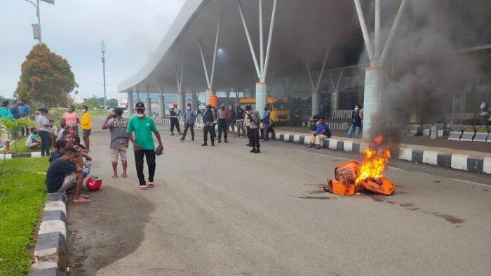 Jenazah Anggota DPR Terlambat Tiba, Keluarga dan Sekelompok Massa Ngamuk, Bakar Ban di Bandara