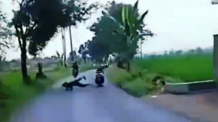 Aksi freestyle pengendara sepeda motor di Jalan Wonosari Doro Kabupaten Pekalongan, Jawa Tengah yang gagal dan terjatuh.