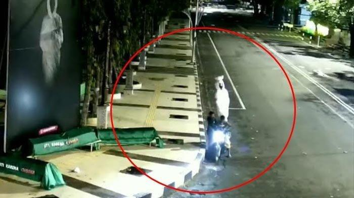 Polisi Sampai Dibuat Penasaran, Maling Ini Terekam Gondol Manekin Pocong di Alun-alu, Videonya Viral