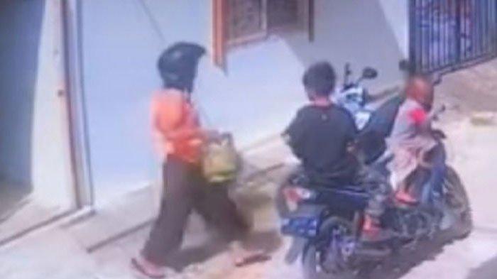 VIRAL! Ibu Hamil Bawa 2 Anak Curi Tabung Gas Elpiji 3Kg Terekam CCTV