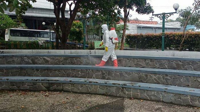 Foto anggota dari PMI Kabupaten Tegal sedang melakukan giat penyemprotan disinfektan menyasar beberapa fasilitas umum. Kegiatan ini bertujuan untuk menekan angka penyebaran Covid-19 yang masih terjadi di Kabupaten Tegal.