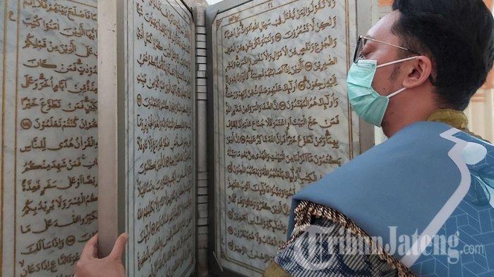 Jamaah Masjid Al Mutharam Pekalongan saat melihat Al-Qur'an dari bahan batu marmer.