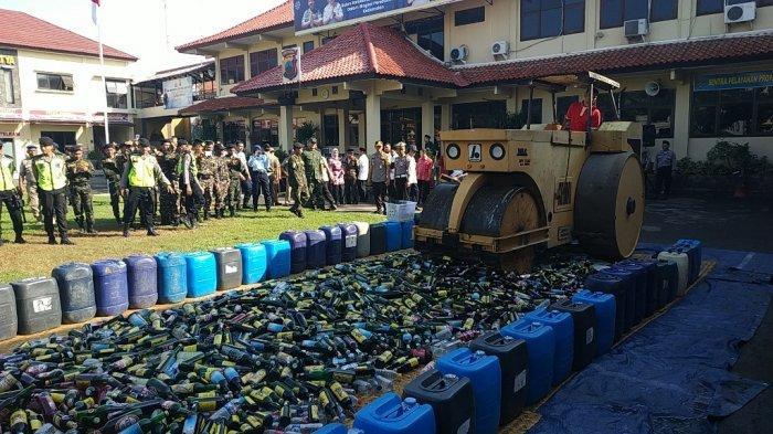 Jelang Lebaran 2019, Polres Brebes Musnahkan Ribuan Botol Miras Sitaan