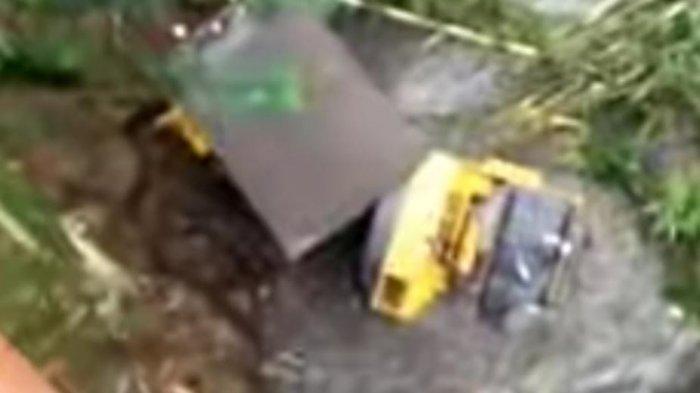 Melorot, Alat Berat Terjun ke Sungai di Pagentan Banjarnegara \