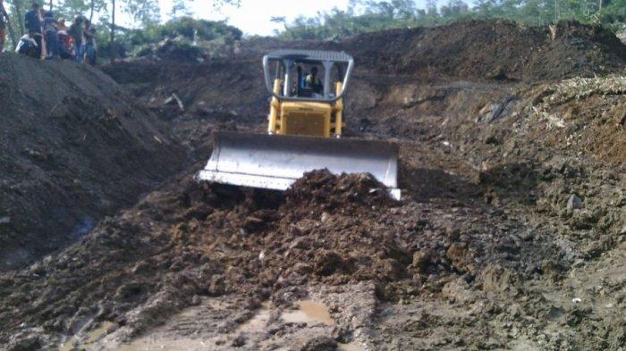 Lima Alat Berat Dikerahkan untuk Bersihkan Material Longsor di Karangkobar