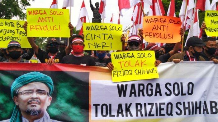 Aliansi Warga Kota Solo melakukan aksi menolak Rizieq Shihab di Jalan Slamet Riyadi, Sabtu (21/11/2020). (Foto4)
