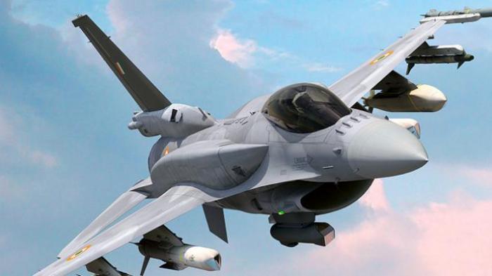 Alpha Varian F-16V dengan conformal fuel tank (CFT/tanki bahan bakar tambahan) di punggung pesawat.