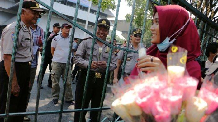 Ratusan Orang di Kota Semarang Bagikan Bunga Mawar Untuk Dukung KPU dan Tolak People Power