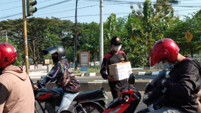 Penggalangan dana yang dilakukan Angkatan Muda Muhammadiyah (AMM) Sragen di perempatan dekat RSUD dr Soehadi Prijonegoro Sragen.