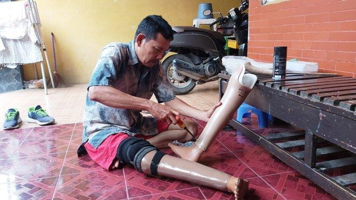 Anas Hidayat warga Kota Tegal, sedang merakit kaki palsu, Rabu (3/3/2021).