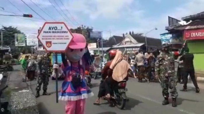 Tarik Perhatian Warga Babinsa Gunakan Kostum Boneka Saat Operasi Yustisi