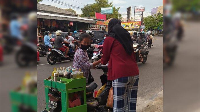 Anggota BEM Unisvet membagikan takjil kepada salah satu pedagang yang lewat di area taman sampangan Semarang