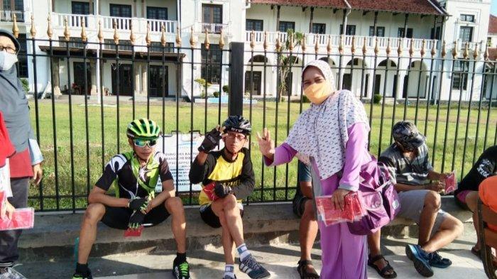 Anggota Komunitas Rutela Bagi-bagi Masker Gratis di Jalan Pancasila Kota Tegal