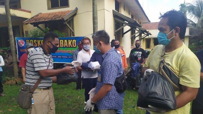 Polda Jateng Bagikan Ratusan Sembako ke Warga Papua di Kota Salatiga