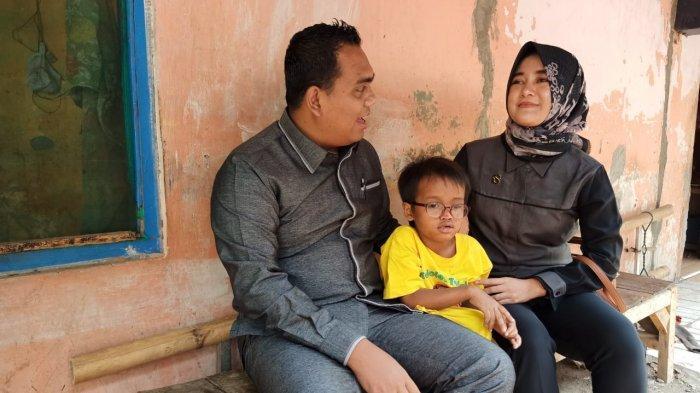 Pasangan Anggota DPRD Kabupaten Pekalongan Bantu Biaya Pengobatan Bocah yang Terkena Katarak