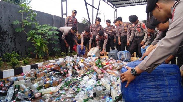 Polres Karanganyar Musnahkan 888 Botol Miras dan 1.994 Liter Ciu Hasil Operasi Pekat