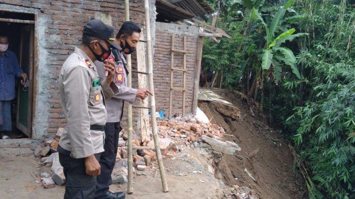 Sambil Cek Lokasi Longsor, Anggota Polres Kebumen Bagikan Sembako ke Para Korban