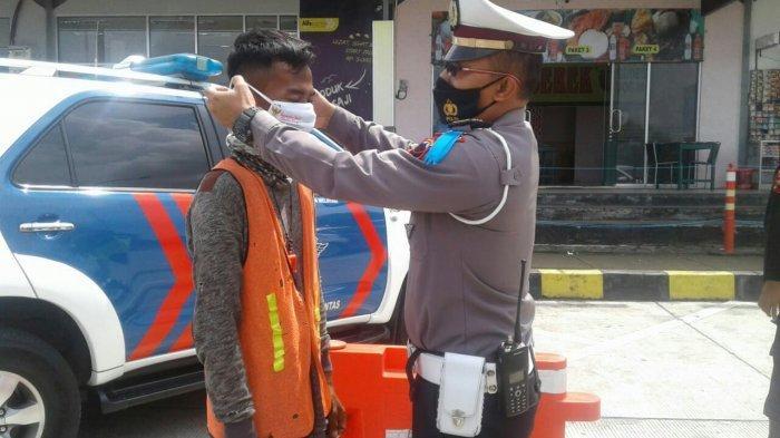 Operasi Keselamatan Lalu Lintas Candi 2021: Polres Tegal Bagikan 500 Masker di Rest Area Penarukan
