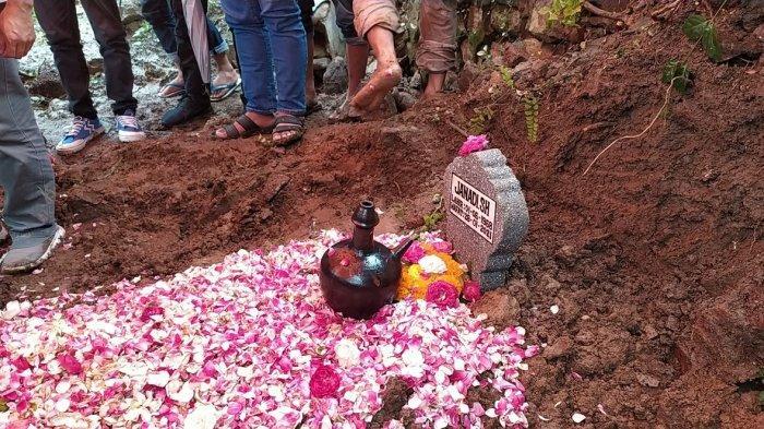 Anggota Polrestabes Semarang almarhum Aiptu Janadi di makamkan di TPU Bergota, Kota Semarang, Jumat (29/1/2021).
