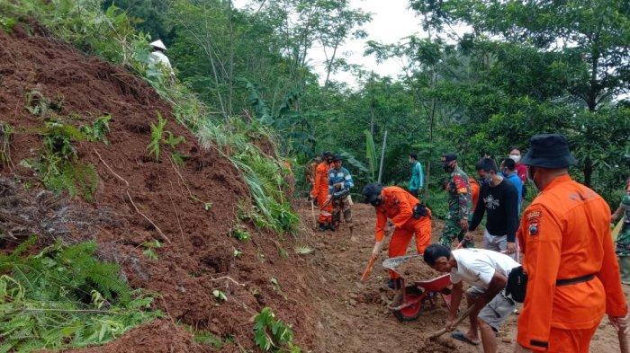 Anggota Polres Kebumen Dibantu TNI Bersihkan Longsor di Wadasmalang Karangsambung