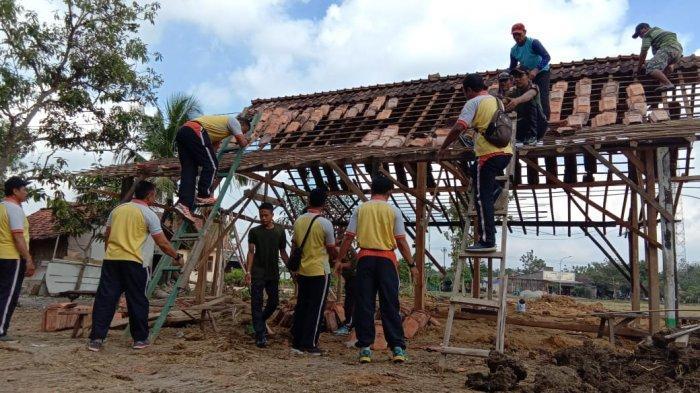 Polsek Japah Blora Terjunkan Belasan Personel Bantu Bedah Rumah Tak Layak Huni