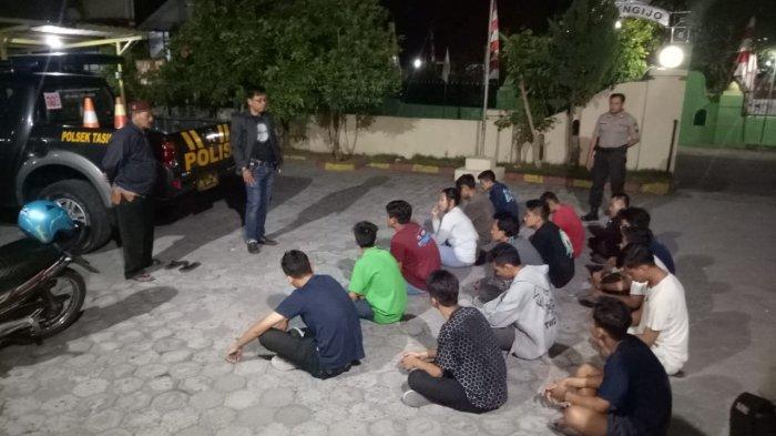 Anggota Polsek Tasikmadu Tangkap 14 Pemuda Saat Asik Gitaran Sambil Mabuk-Mabukan di Kos