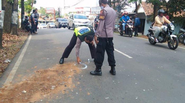 Satlantas Polrestabes Semarang Anggota Satlantas Polrestabes Semarang saat olah tempat kejadian kecelakaan di Jalan Mr Wurjanto, Sumurrejo, Gunungpati, Kamis (23/9/2021).