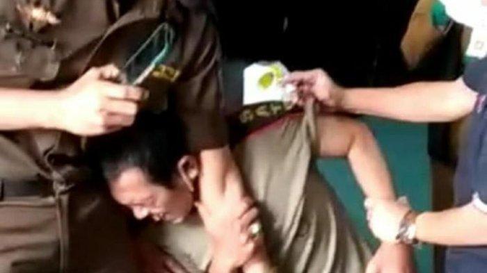 Anggota Satpol PP Ini Terpaksa Diseret karena Berusaha Kabur saat Akan Disuntik Vaksin Covid-19