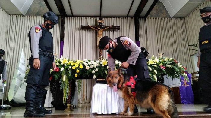 Lacak Bahan Peledak di Gereja, Polres Kudus Terjunkan Anjing Polisi