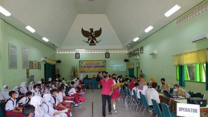 Harus Antre, Meski Pendaftaran PPDB di Karanganyar Secara Online, Siswa Tetap Datang ke Sekolah