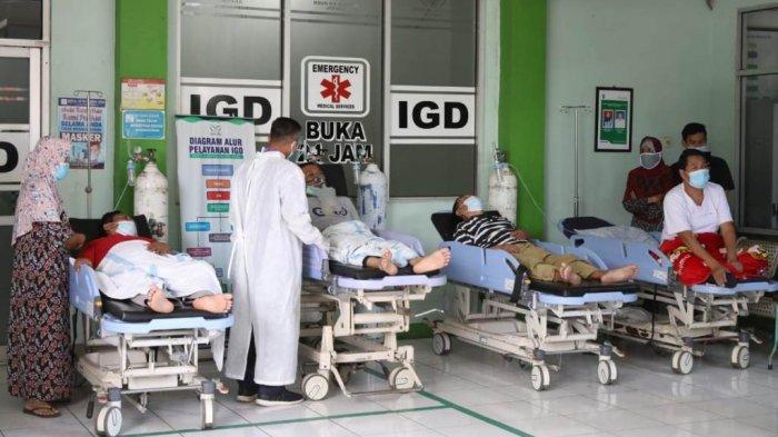 Antrean pasien Covid-19 di IGD RSUD RA Kartini, Jepara, Selasa (15/6/2021), saat Gubernur Jateng Ganjar Pranowo melakukan sidak di tempat tersebut.