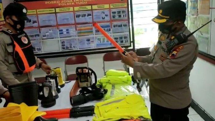 Kapolsek Tugu Kompol Eko Kurniawan saat memeriksa kesiapan alat kesiapsigaan bencana yang akan digunakan personil di lapangan.