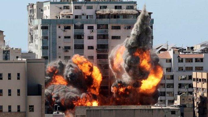 Api ledakan kantor media Al Jazeera dan Associated Press di Gaza, setelah serangan udara Israel pada Sabtu (15/5/2021). Serangan itu dilakukan Israel setelah memberi waktu satu jam bagi penghuni gedung untuk mengevakuasi diri.