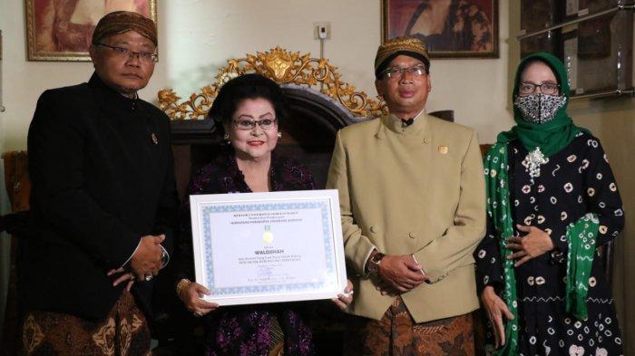 Waldjinah Nyanyikan Walang Kekek Saat Terima Penghargaan dari UNS Solo