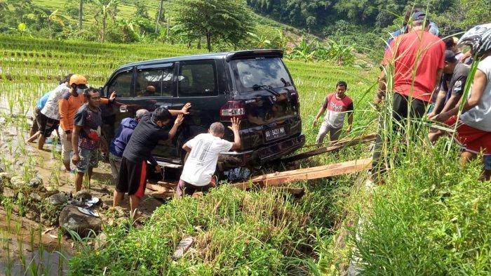 Mobil APV Masuk Sawah: Human Error, Belok Lupa Kembalikan Posisi Setir