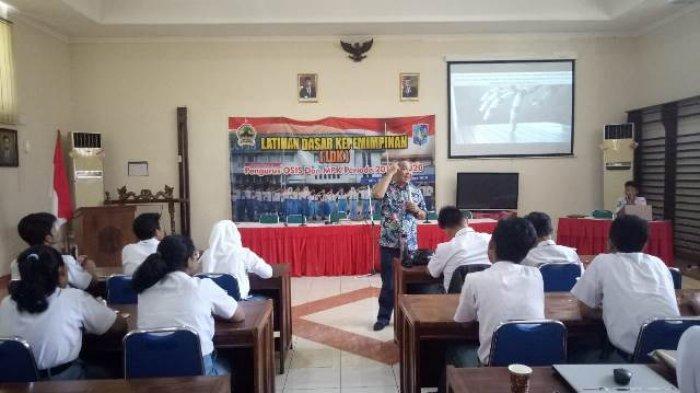 Motivator Aqua Dwipayana Beri Resep Bahagia kepada Siswa SMAN 1 Semarang