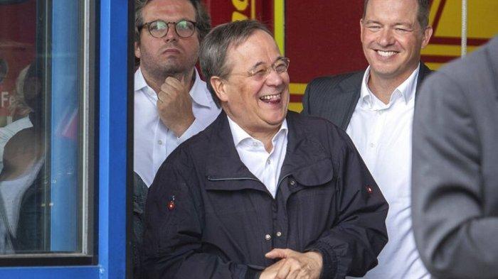 Kandidat Pengganti Kanselir Jerman Minta Maaf Setelah Kepergok Tertawa saat Kunjungi Lokasi Bencana