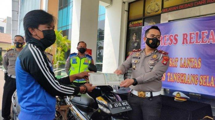 Bukannya Dapat Hukuman, Pelanggar Lalu Lintas Ini Malah Dapat Hadiah Motor dari Polisi