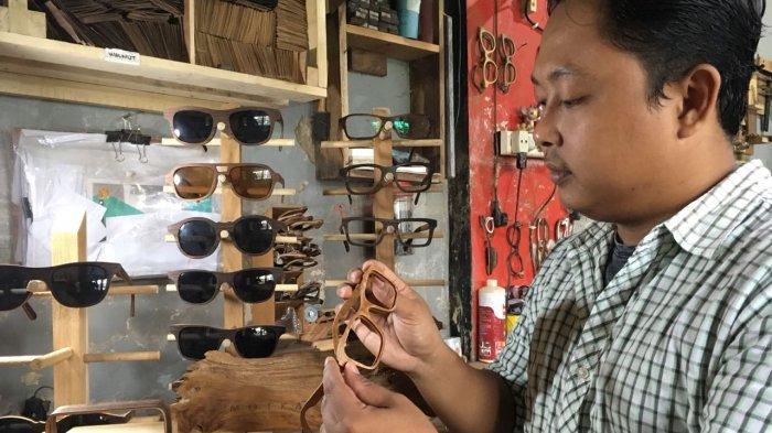 Dari Limbah Kayu Menjadi Frame Kacamata Berkualitas, Perkenalkan Motka Buatan Kudus (Video)
