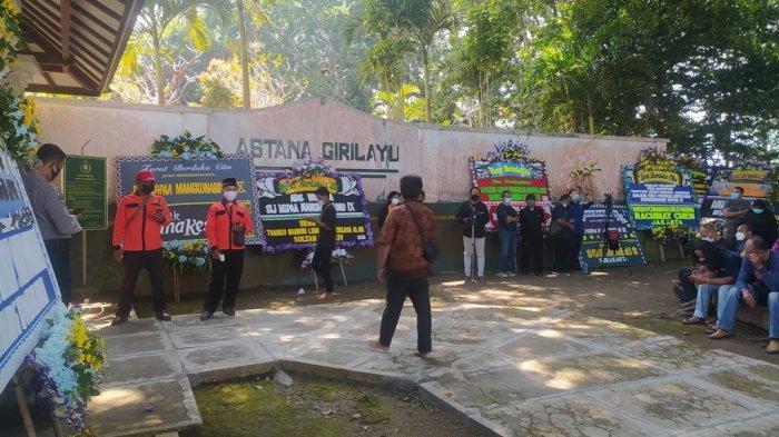 Situasi di pintu masuk Astana Girilayu Kecamatan Matesih Kabupaten Karanganyar menjelang prosesi pemakaman KGPAA Mangkunegara IX, Minggu (15/8/2021) pukul 10.00. Tribun Jateng/Agus Iswadi