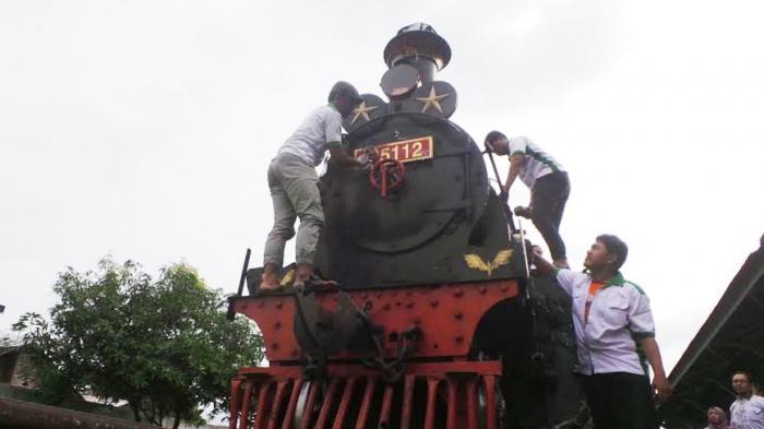Asyiknya Nimbrung Ritual Bersih-bersih Lokomotif di Museum Kereta Api Ambarawa