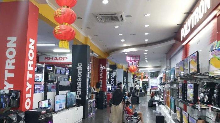 Para pengunjung terlihat sedang melihat-lihat produk yang ditawarkan di toko Atlanta Electronics.