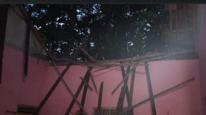 Atap Rumah Roboh, Keluarga Sugeng Terpaksa Berteduh di Dapur