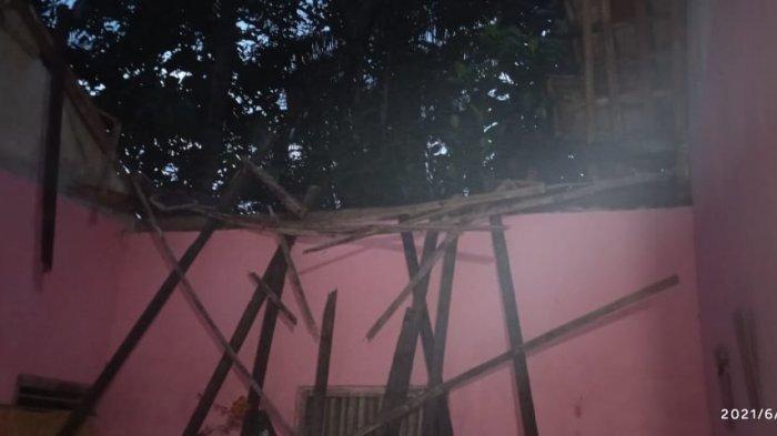 Atap Rumah Roboh, Keluarga Pak Sugeng Harus Berteduh di Dapur