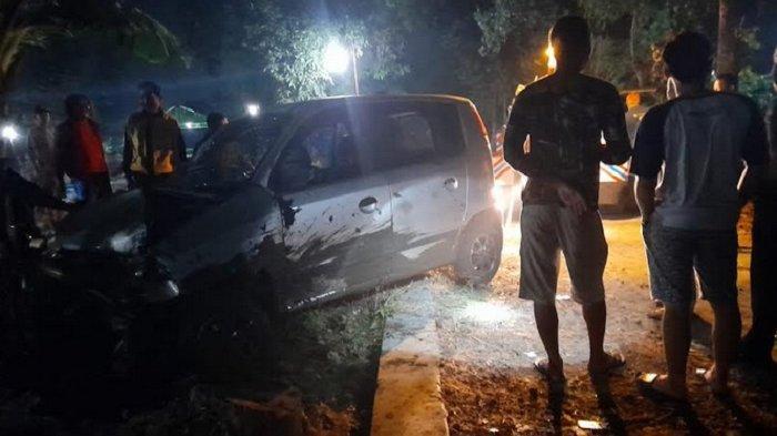 Mobil Atos Hilang Kendali Hingga Menabrak Pagar Makam di Karanganyar