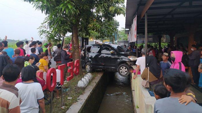 Ada Obat-obatan di Mobil yang Temangsang di Selokan, Polisi: Bentuknya Tablet, Belum Tahu Jenisnya